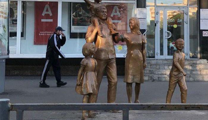 В центре Уфы установили памятник семье