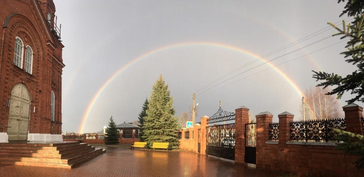Двойная радуга над храмом в Желнино