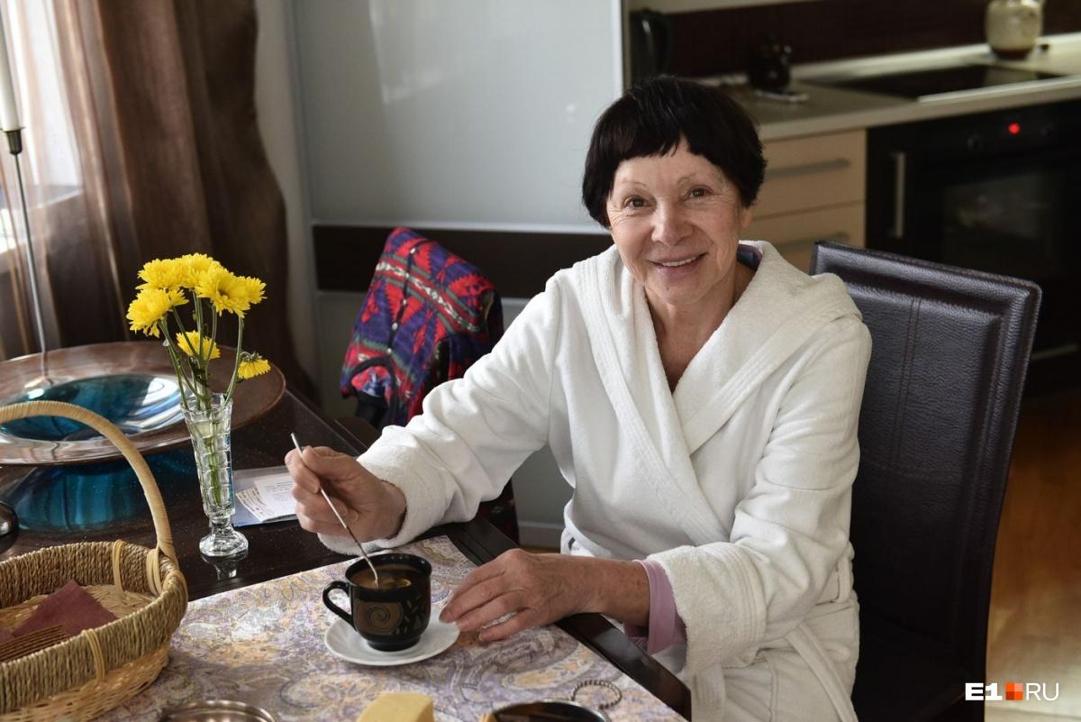 Тамара Васильевна варит очень вкусный кофе с мёдом и лимоном