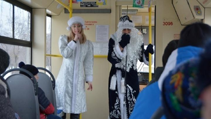 В первую неделю января магнитогорцы прокатились на новогоднем трамвайчике