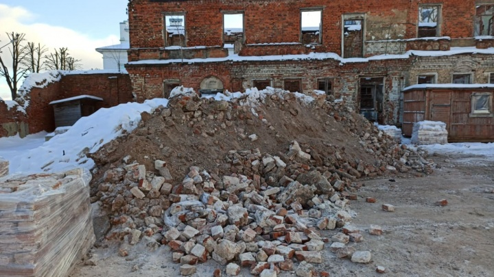 «Видимо, на продажу»: в центре Ярославля дом-памятник разобрали на кирпичи