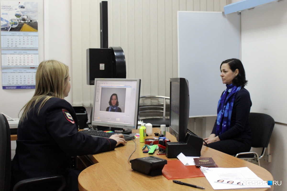 Через несколько секунд омичке покажут, как будет выглядеть страничка с её фотографией в паспорте