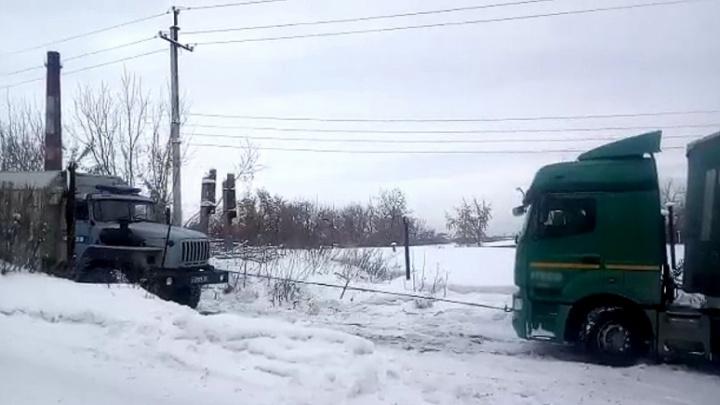 Дальнобойщик из Новосибирска застрял на трассе под Новокузнецком