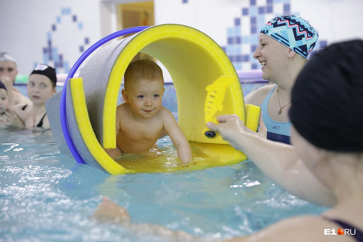 Среди заданий: самостоятельное ныряние малыша с бортика, поднятия кольца или игрушки со дна с заныриванием и ныряние-сальто назад