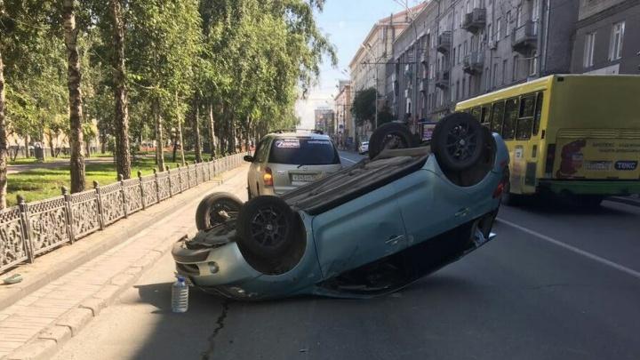 «Тойота» перевернулась и собрала пробку на Красном проспекте