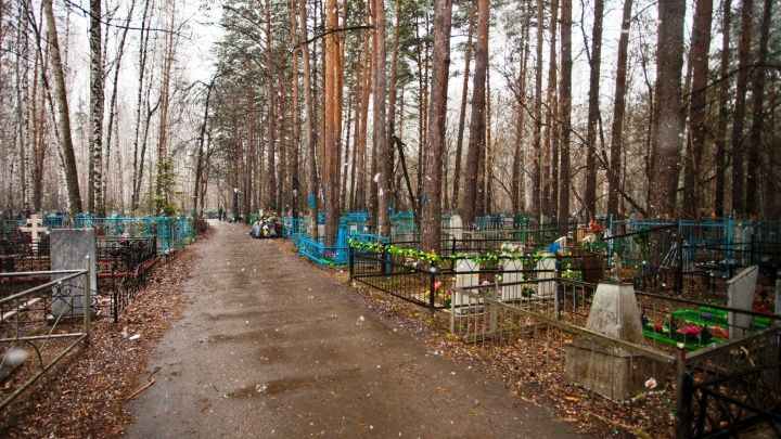 «Сказали, вымогатели будут звонить»: сибирячку обокрали на кладбище во время похорон её матери