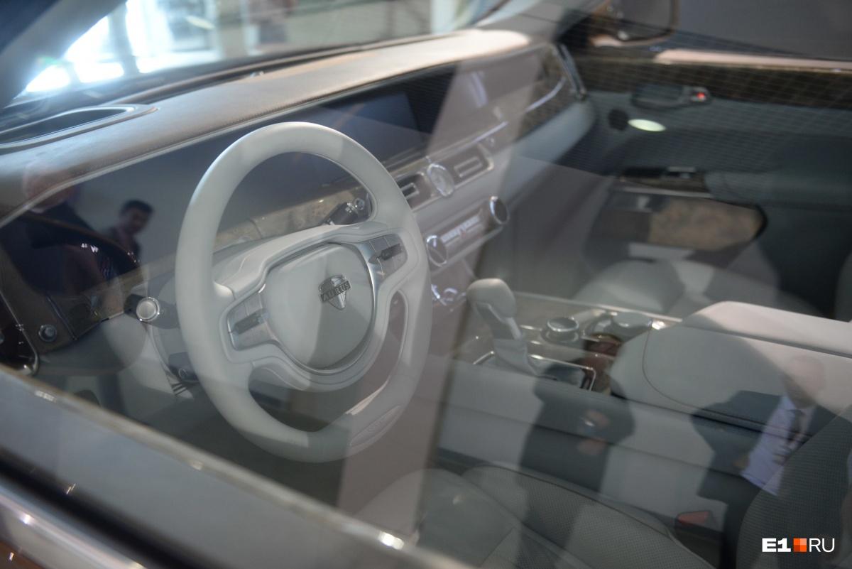 Нам разрешили поснимать, как выглядит салон, через стекло автомобиля только после долгих уговоров