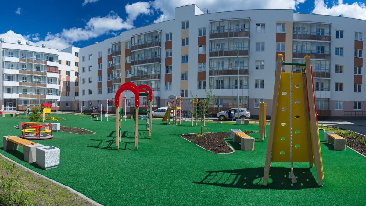 На детской площадке и зимой, и летом зеленая трава
