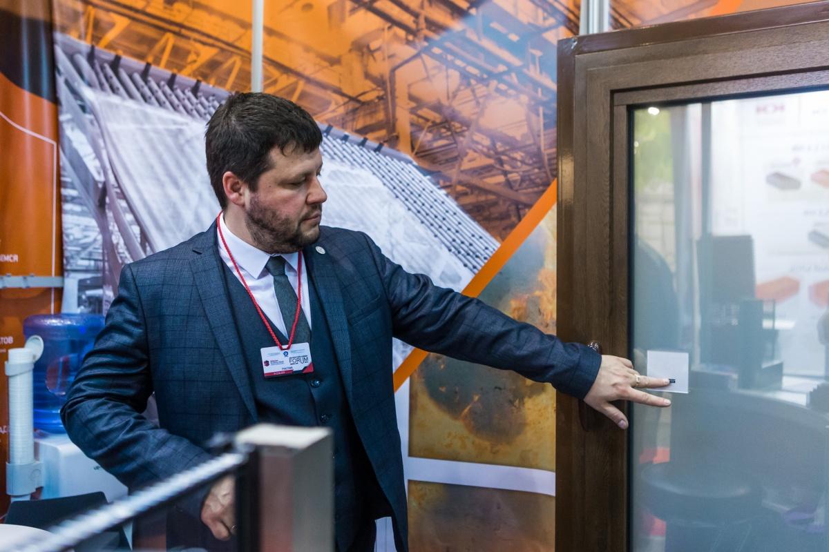 На выставке показали окно, которое становится матовым при нажатии на сенсор