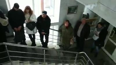 В областной ГИБДД выстроились гигантские очереди за правами и номерами: показываем видео