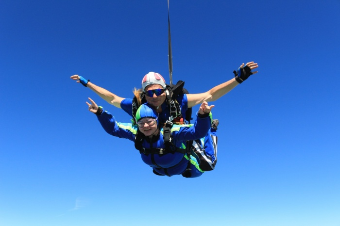 Ольга Ребковец во время прыжка с парашютом