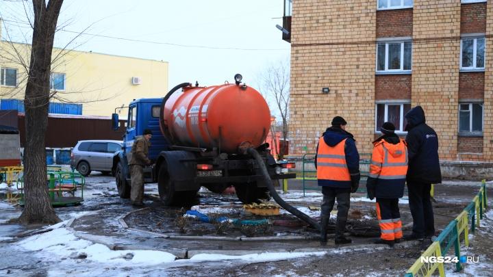 Из-за коммунальной аварии у сквера «Серебряный» вода затопила дворы и проезжую часть