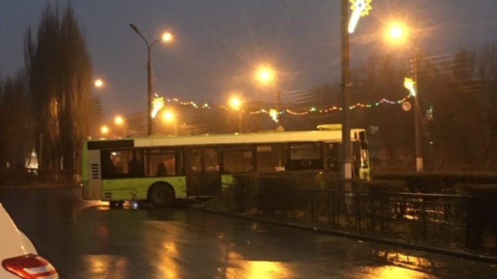 В Волжском вылетел с дороги рейсовый автобус