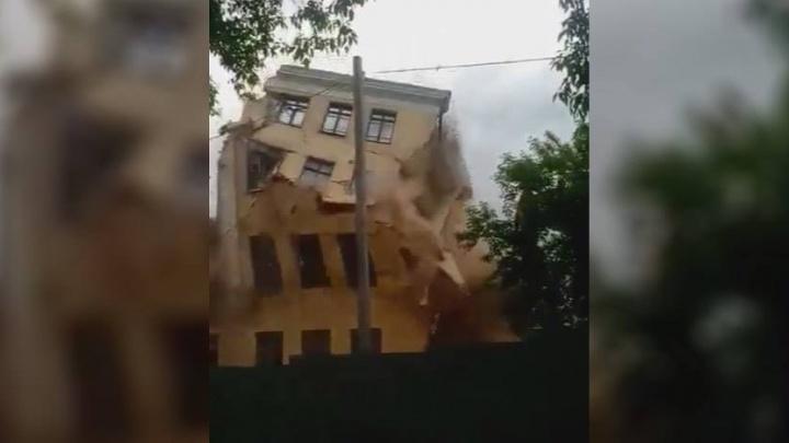 Как рухнула последняя секция: в Екатеринбурге снесли одну из старейших школ