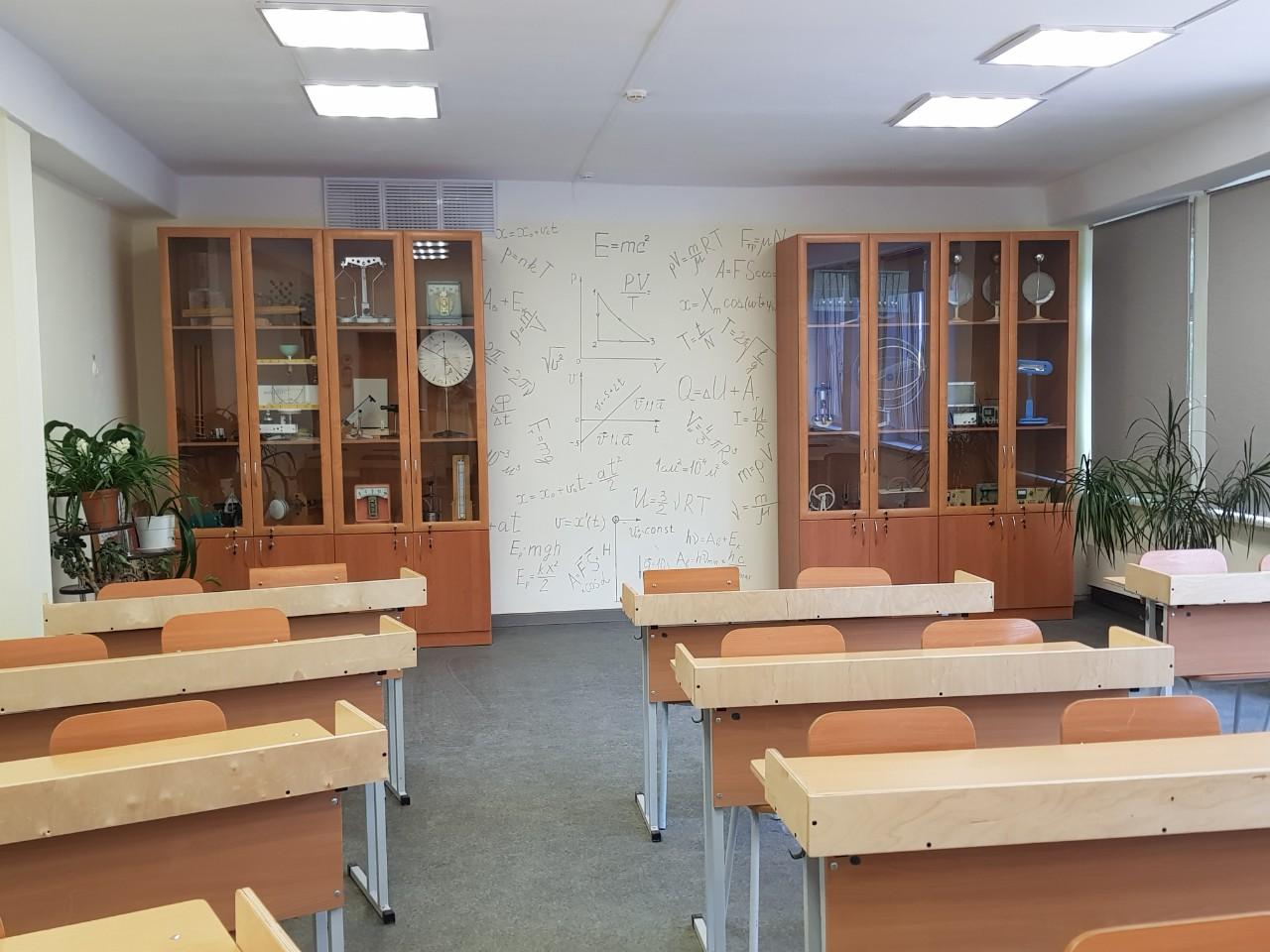 В кабинете физики ученики могут подсмотреть нужную формулу