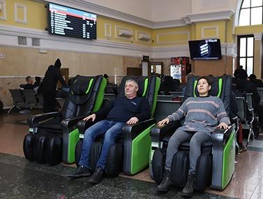 «Пассажирам нужно расслабиться»: на ж/д вокзале в Красноярске установили 6 массажных кресел