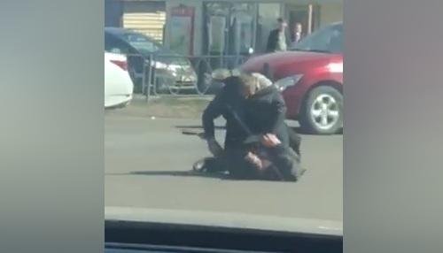 Двое устроили драку посреди дороги напротив рынка «Взлётка»