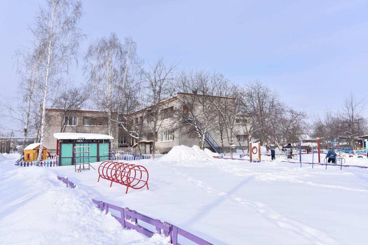 А муниципальный детский сад расположен сразу за ней