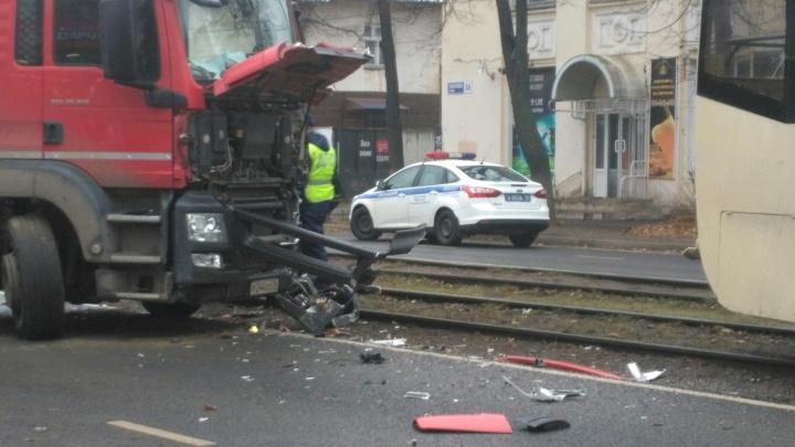 «Грузовик примагнитило»: смотрим фото с места ДТП, где столкнулись фура и трамвай
