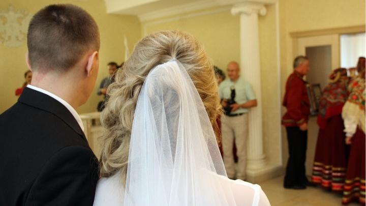 Загс назвал самый популярный возраст, в котором омичи заключают браки