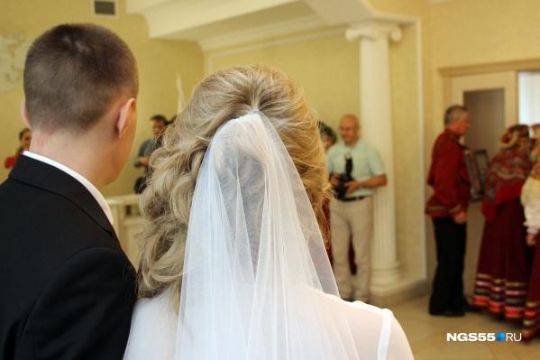 Большинство омичей женится до 30 лет