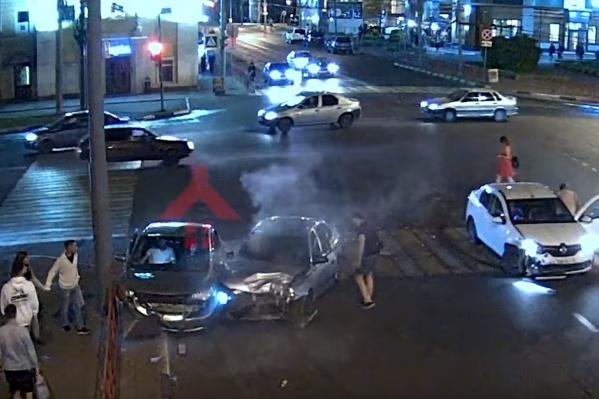 Машины чудом не задели пешеходов