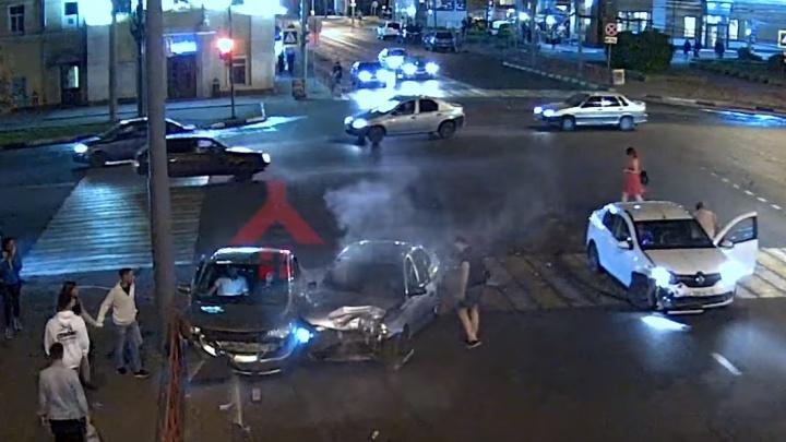 Появилось видео тройного ДТП на «проклятом» перекрёстке в центре Ярославля