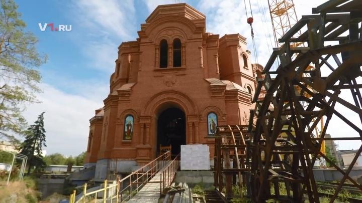 «Людям надо становиться лучше»: на стройке собора Александра Невского прошла вторая литургия