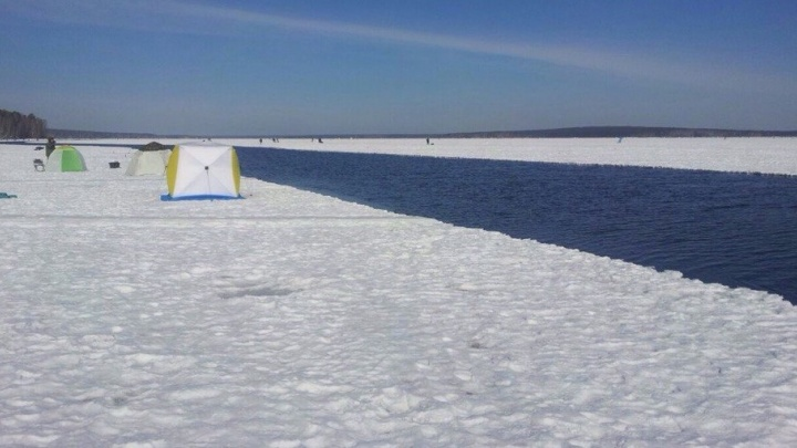 На Белоярском водохранилище откололась огромная льдина со 100 рыбаками