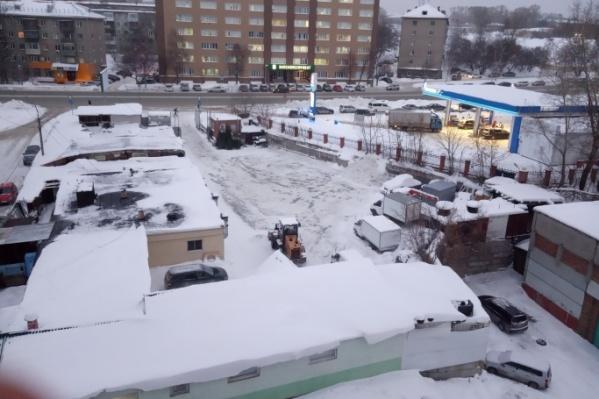 Ночная уборка территории СТО с вывозом снега на дорогу на улице Немировича-Данченко,118/3попала на видео