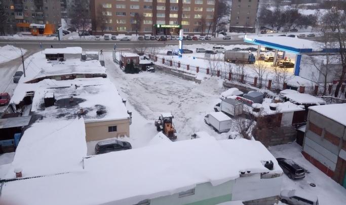 Тракторист, который вывез снег на дорогу и прятался от дорожной службы, заработал увольнение
