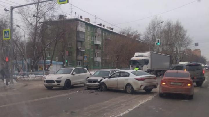 Три иномарки столкнулись у областной ГАИ: один человек пострадал