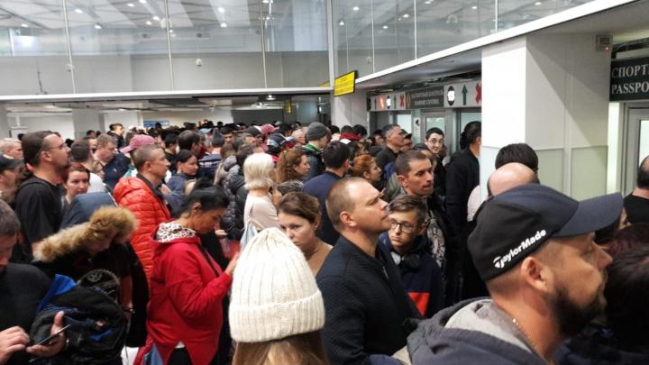 «Скандалы, драки»: пассажиры устроили давку на паспортном контроле в Толмачёво