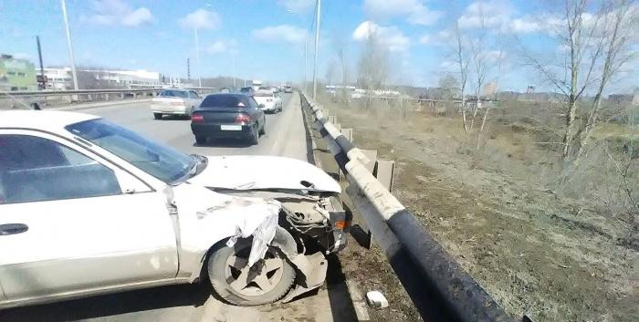 От удара Toyota Corolla выкинуло на ограждение, сообщает «Автоспас»