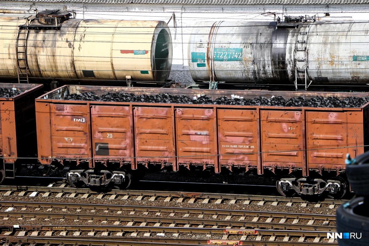 Сошедший с рельсов поезд перевозил крупные партии угля
