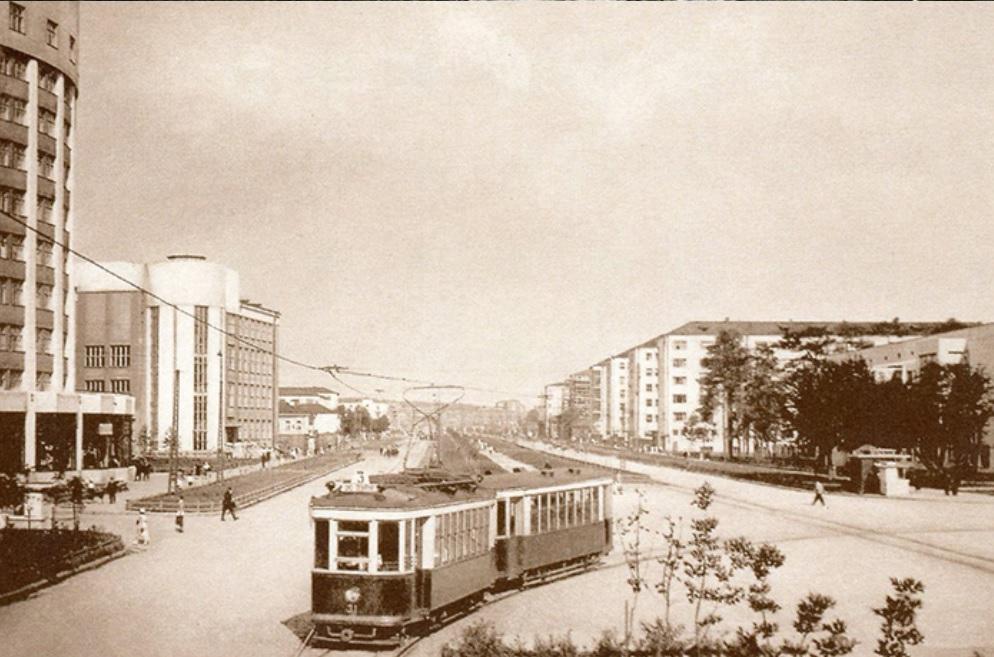 Вид со стороны кольца на Ленина — Луначарского. Комплекс зданий виднеется справа