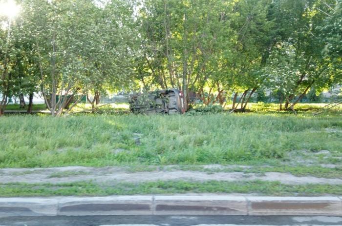 «Хонда» вылетела на газон и перевернулась на бок
