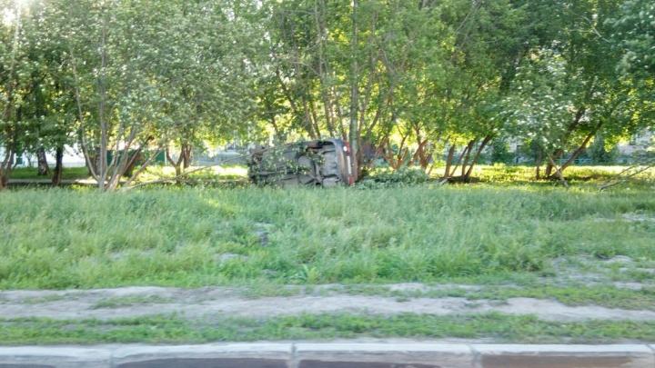 Уезжавшая от ДПС «Хонда» легла на бок на газоне