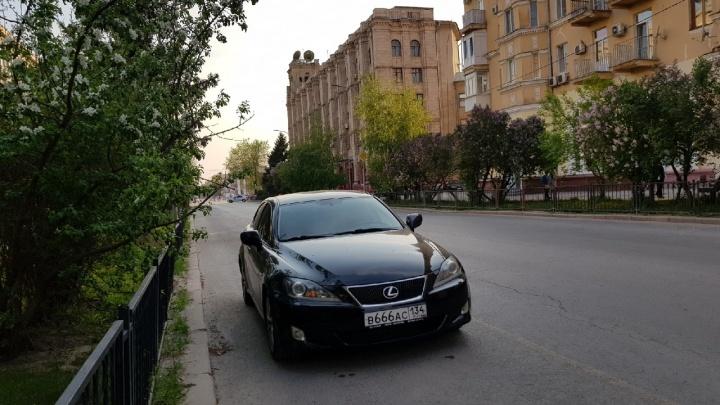О Благодатном огне не думал: Lexus с адским номером встал у пасхального молебна в центре Волгограда