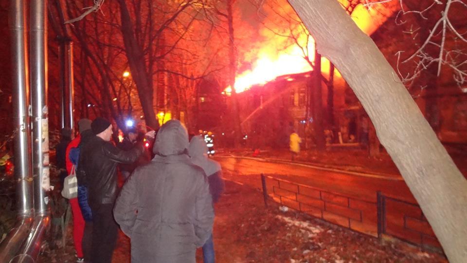 Два расселённых деревянных дома горели вцентре Нижнего Новгорода вечером 5ноября