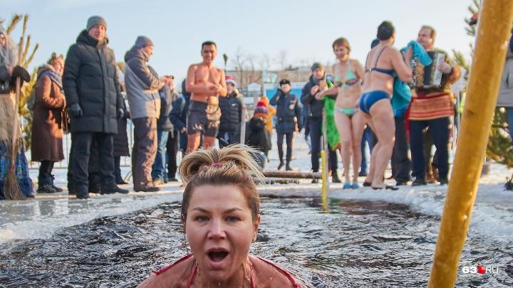 Елки, хороводы, прорубь: фоторепортаж с предновогоднего праздника любителей моржевания в Самаре