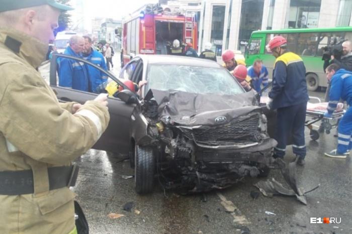 KIA на огромной скорости врезалась в стоявшие на светофоре машины
