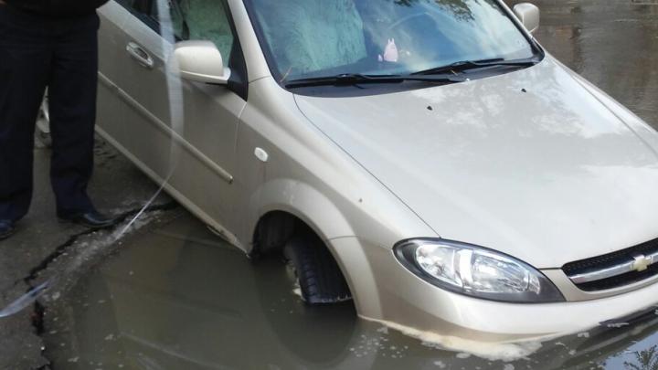 «Поднять перископ!»: в Самаре «Лачетти» провалилась в асфальт