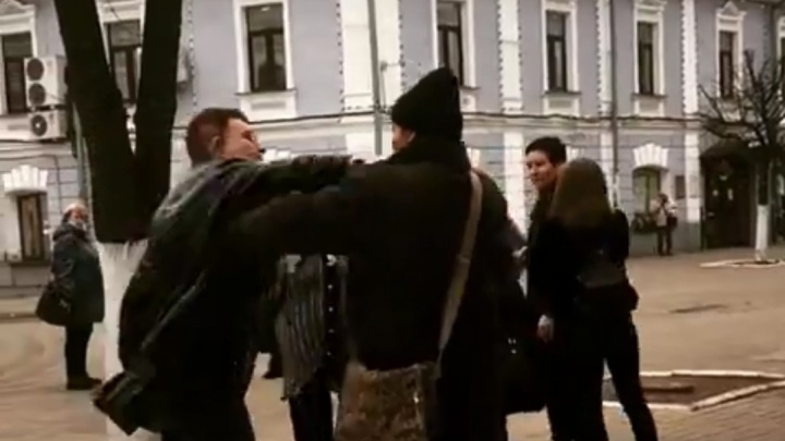 «Он уже снимал ремень»: очевидцы рассказали о драке из-за собаки в центре Ярославля