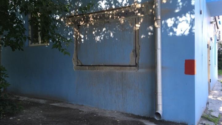 Строители прорубили в несущей стене жилого дома на Сулимоваокно в алкомаркет