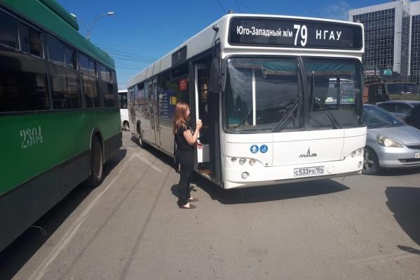 """В аварию попали&nbsp;автобус <nobr class=""""_"""">№ 79</nobr> и троллейбус <nobr class=""""_"""">№ 4</nobr>"""