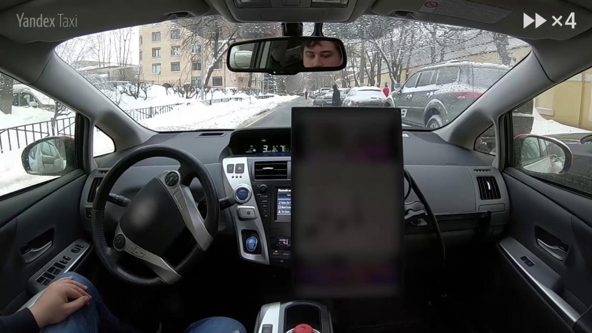 Водитель в машине присутствует, но выполняет роль диспетчера