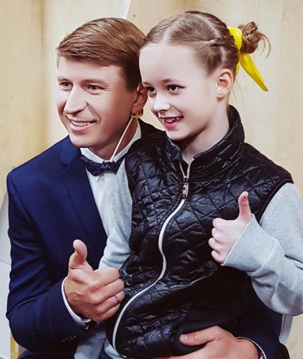Варя и ведущий проекта Алексей Ягудин