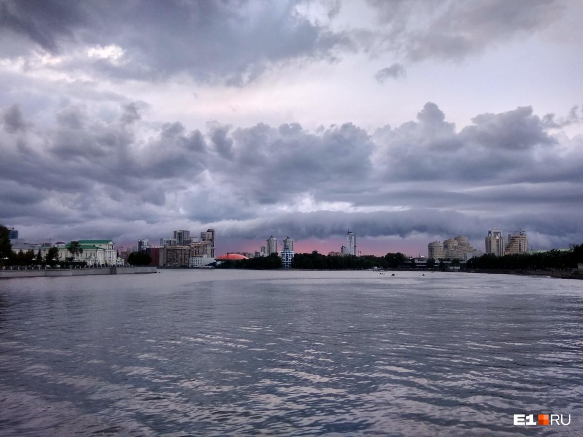 Немного пугающее небо над центром