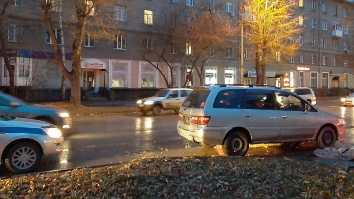 На Ватутина прохожая попала сразу под две машины и погибла